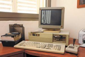 ג'ויסטיק ודיסקטים, ליד המחשב האישי // צילום: גדעון מרקוביץ